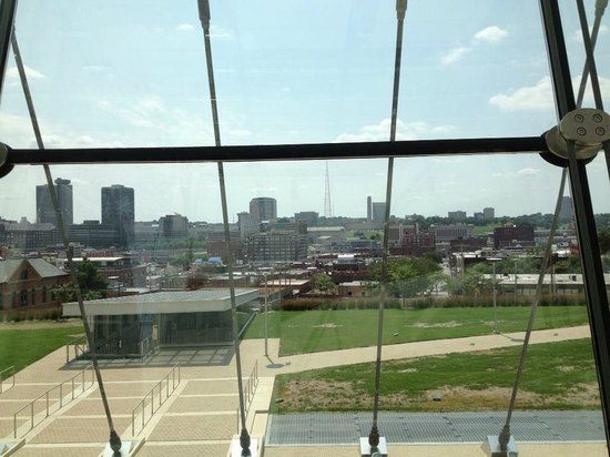 Kauffman Center for the Performing Arts : View of the KC skyline..
