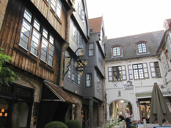 Relais Bourgondisch Cruyce - Luxe Worldwide Hotel : Alley the hotel is located in