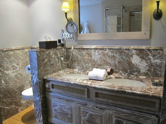 Relais Bourgondisch Cruyce - Luxe Worldwide Hotel : Clean and luxurious bathroom