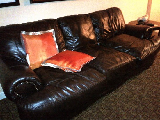 DoubleTree by Hilton Hotel Deerfield Beach - Boca Raton: Amazing - soft leather couch downstairs in duplex room