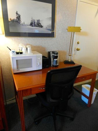Days Inn Canmore: Kitchenette room's desk with microwave and coffee machine (sink, fridge and stove on opposite wa