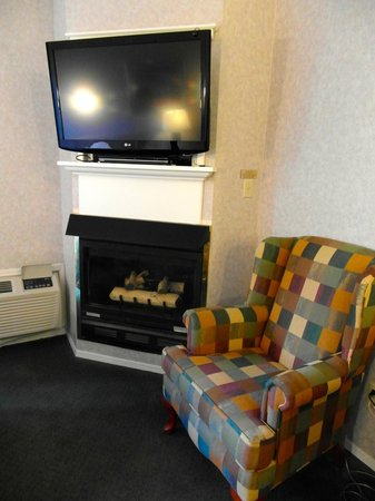 Days Inn Canmore: Kitchenette room with air conditioning, flat screen tv, dvd player, fireplace.