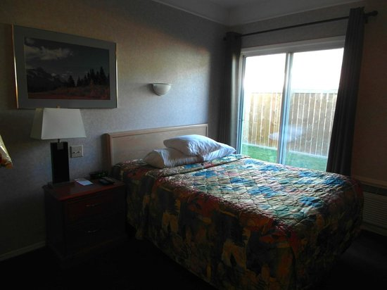 Days Inn Canmore: Kitchenette room with double bed, main floor patio walk-out, couch, desk, dresser, etc.