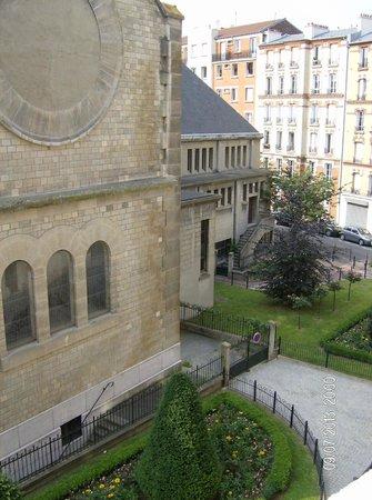 Kyriad Paris - Clichy Centre : Vista de la Iglesia desde la habitación