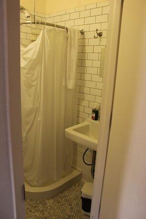 The New York Loft Hostel: En suite bathroom