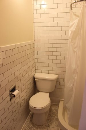 The New York Loft Hostel: En suite bathroom