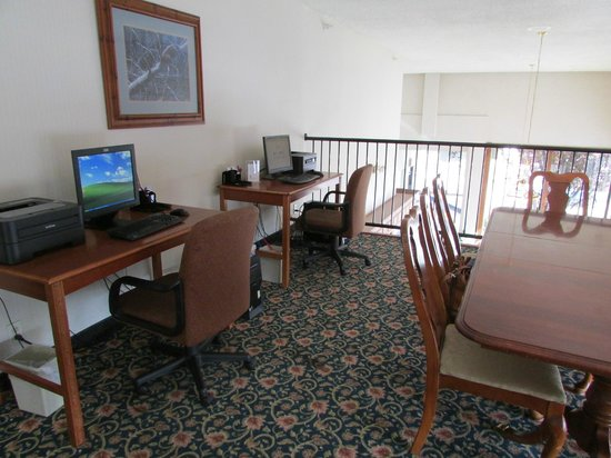 Clarion Inn: Computer area above front desk