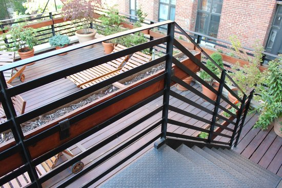 The New York Loft Hostel : Stairs to terrace