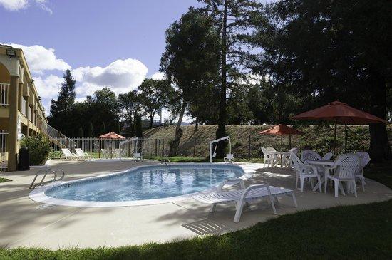 Super 8 Ukiah: Outdoor Pool and Heated Spa