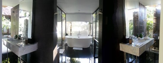 Kayumanis Nusa Dua Private Villa & Spa : Separate Shower, Tub and Washroom (His/Her)