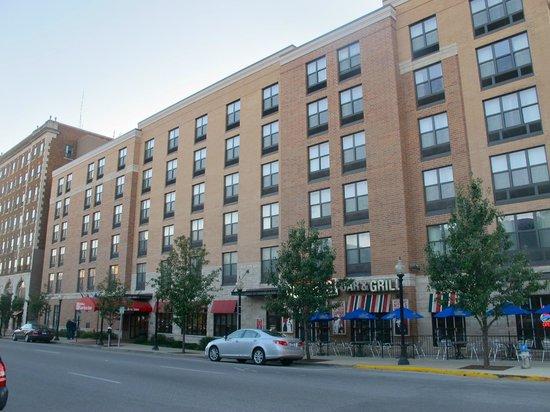 Hilton Garden Inn Bloomington: Facade