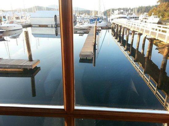 Sea Glass Waterfront Grill: The marina starts at your table