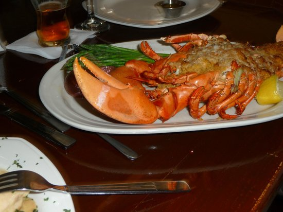 Azorean Restaurant and Bar: Gorgeous Stuffed Lobster
