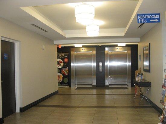 Wyndham Garden Fallsview Niagara Falls : Elevator area