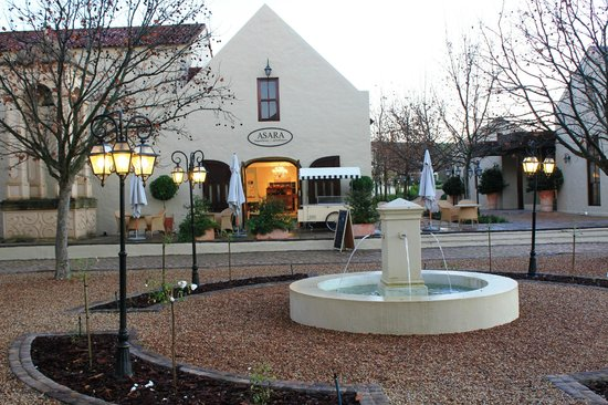Asara Wine Estate & Hotel: Confectionary & Delicatessen in the outer courtyard