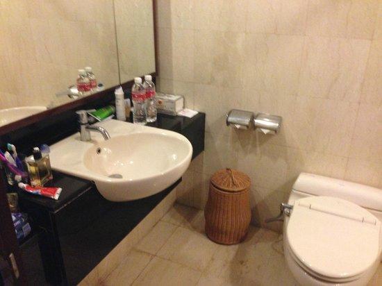 Bintang Bali Resort: bathroom ok but old and needs renovation