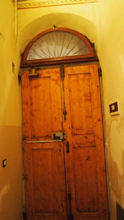 Katti House B&B: The door of the B&B from the inside
