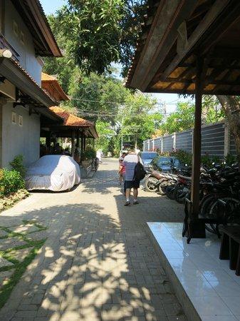 Puri Sading Hotel : To the hotel lobby