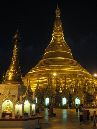 Pagode Shwedagon : Shwedagon Pagoda magnificently floodlit at night.