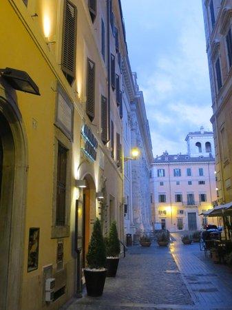 Albergo Cesari: Front of hotel, near Hadrians Temple