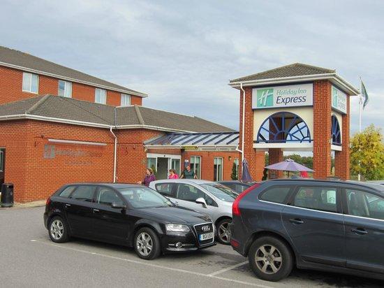 Holiday Inn Express Southampton West: Hotel entrance & car park