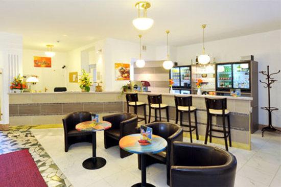 Hotel Franzenshof: reception & bar