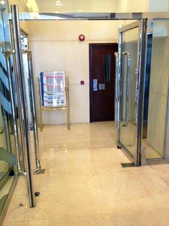 Cosmo Hotel Hong Kong: Lift Lobby
