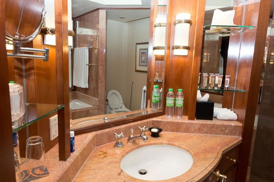 Sheraton Imperial Kuala Lumpur Hotel: Even the bathroom is spacious