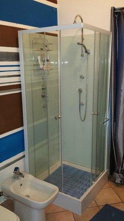 Casa Dori : doccia camera matrimoniale