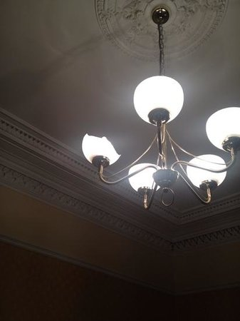 Ballantrae West End Hotel: Kaputte Glasfassung an Kronleuchter im Zimmer
