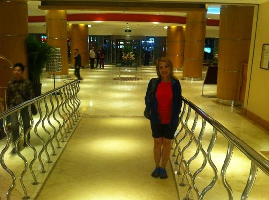 Novotel Xinqiao Beijing: The corridor to the lift of Tower B & shops