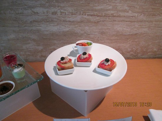 JS Luwansa Hotel and Convention Center: Hors d'oeuvres in the Ambassador Club