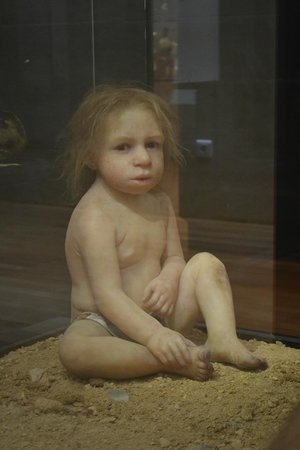 Musée national de la Préhistoire : rekonstruerat neanderthalbarn