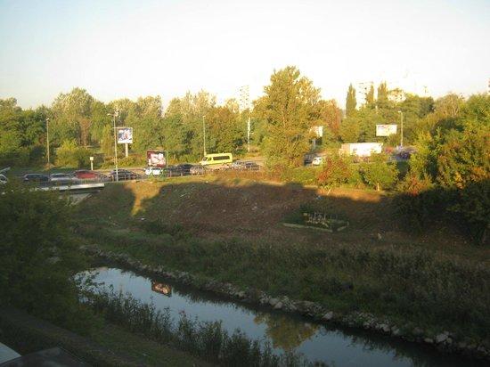 Hotel Wilga: Vista desde ventana - carretera circunvalación