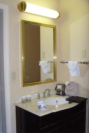 DoubleTree by Hilton Modesto: Bathroom