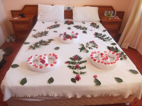 Ozturk Hotel Hisaronu : The way they say good bye to couples.