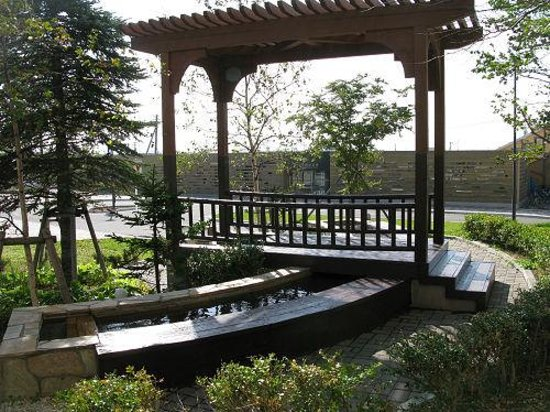 Route-Inn Grantia Shiretoko Shari Ekimae: ホテル入口横に足湯があり、向こうに見えるのは知床斜里駅です。