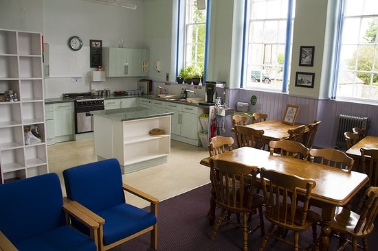 The Smugglers Hostel, Tomintoul : Our spacious kitchen/diner and lounge area.