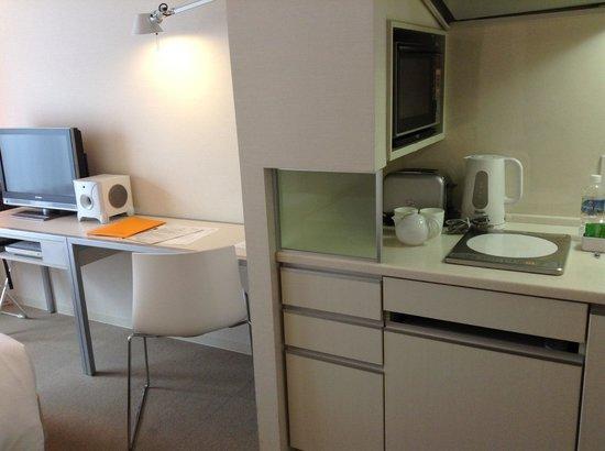 Citadines Karasuma-Gojo Kyoto: Hotel room, pentry/desk