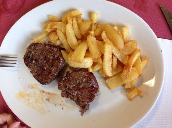 Parrilla La Veguca: Solomillo de buey con patatas fritas Caseras...