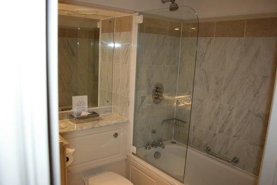 أولد بارسوناج هوتل: Bathroom