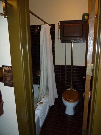 Stockyards Hotel: Bathroom, with old style cistern