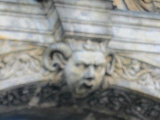 Alte Hofhaltung: Alte Hofhaltun・・・門中央の飾り
