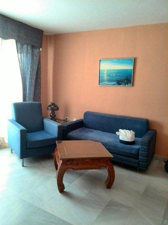 Apartamentos Fénix Beach: Salón con sofá cama h841