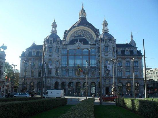Bahnhof Antwerpen-Centraal: Frontaria da estação
