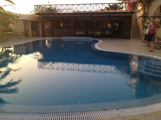 Smaragdi Hotel: The pool! (and restaurant)