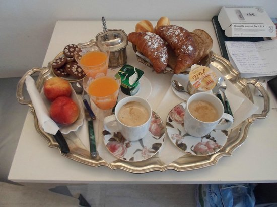 BB02MILANO: Breakfast served every morning. Ask for specific flavours of yoghurt if needed.