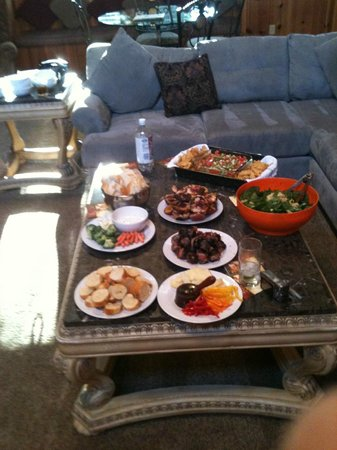 Andril Fireplace Cottages: Huge sitting area - perfect for appetizers!