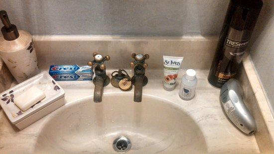 The Blue Rose Inn & Restaurant: Auththentic Seperate Hot and Cold Faucets In Sinks