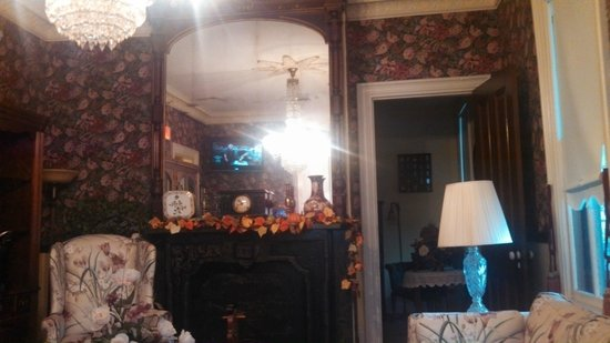 The Blue Rose Inn & Restaurant : Ceiling Height Mirror In Living Room